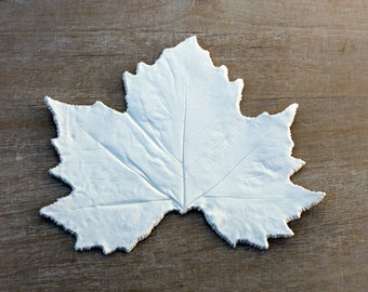Maple leaf in white porcelain, maple canada, nature decor, centerpiece leaf dish, white decoration, plant decoration, object of the nature