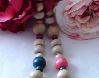 Vintage 1980's Wooden Bead Necklace.  Shows very minor wear...excellent condition for age.  Price includes shipping.