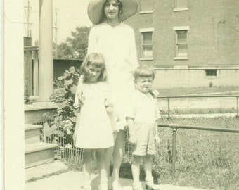 1920s Mother in Big Hat With Kids Girl Boy Flapper Fashion 20s Antique Vintage Photograph Black White Photo