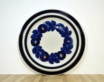 Mid-Century Anemone blau Band und Blumen von Arabia Finland 13 Zoll XL Keramik Teller Chop-Platte