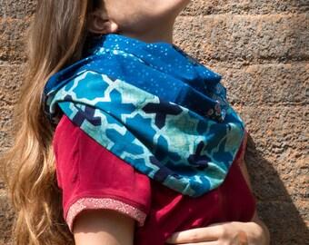 Echarpe infinie- étole bleue en coton imprimé à la main, patchwork de nuances indigo