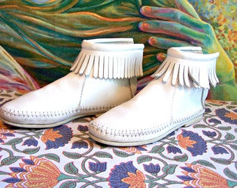 Moccasin Fringe flats in White Leather, White Moccasin, size 5.5
