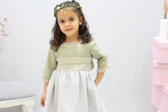 Vestido para niña de lino verde caqui con puntillas beige.