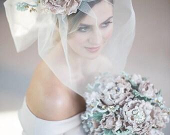 HOCHZEITSSCHLEIER kurze Brautschleier CHANTAL mit abnehmbaren handgemachte Seidensamt Blume, Swarovski Kristalle Strass Fascinator auf Bestellung gefertigt