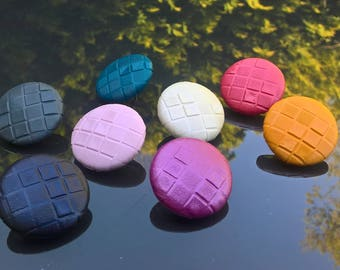 Embossed Faux leather button 23 mm