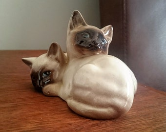 Vintage English BESWICK Pair of 2 Curled Seal Point Siamese Cats Kittens 1296 Figurine Ornament Collectible Gloss White Brown Blue Eyes