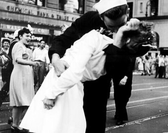 VJ Day Kiss in Times Square 1945 Photoprint showing a sailor & nurse celebrating the end of WWII