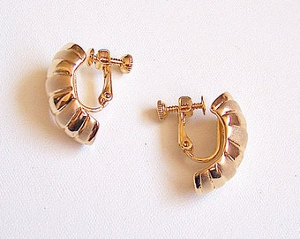 Napier Shrimp Half Hoop Screwback Clip On Earrings Gold Tone Vintage Layered Satin Smooth Curved Wide Discs