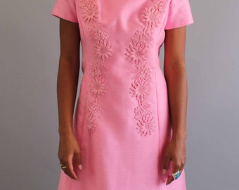 pink silk 1960s shift dress with embroidered daisies . vintage 60s dress, womens small medium
