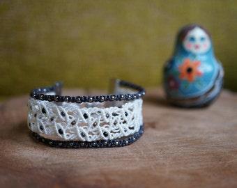 Beaded macrame bracelet in white and black color