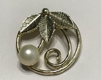Vintage brooch, round brooch with leaves and pearl