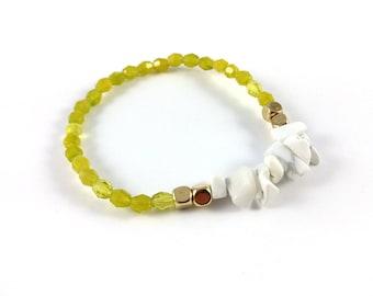Howlite chip, gold & green faceted bead bracelet