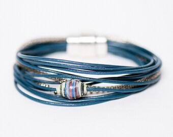 bracelet Miracle/BIKI/perle en papier recycle/lacet de cuir bleu/ethique/fait main/chainette argent et brass