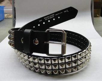 """1-3/4""""(45mm) breit echtem Leder-Gürtel mit 3 Reihen 1/2"""" (13 mm) VJ-77 Pyramide Platz Ohrstecker Silber/Chrom besetzt versetzt Made in USA New York"""