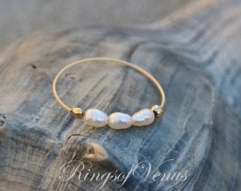 GRATUIT livraison petite perle bague en or, d'eau douce, perle, bague en or 24K, pile or unique, empiler, bague fine or, bague en perle