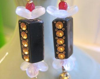 Art-Deco Ohrringe. OOAK Vintage Gold Schwarz Holz Perle Frauen von Mad Men Serie Faye