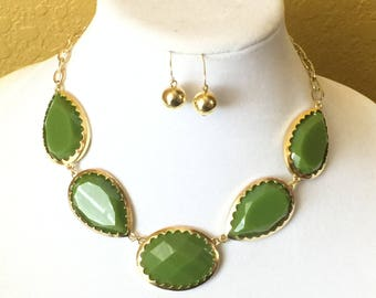 Green Necklace, Green Statement Necklace, Green Bib Necklace, Green Faceted Jewels, Green Chunky Necklace, Green Bold Necklace