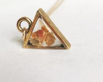 Pendentif petit triangle doré moderne rempli avec des flocons de mica or et rose célosie
