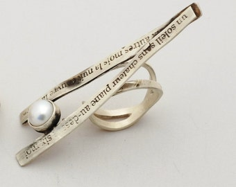 Adjustable statement ring with french poetry engraved, in silver with white pearl