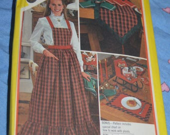 Simplicity 6140 Christmas Apron Sleigh Table Runner Placemat Napkins  Sewing Pattern - UNCUT