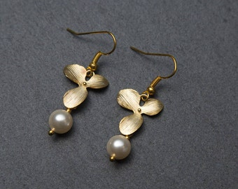 Pearl drop earrings, Gold leaf earrings with Swarovski Pearls. Gold flower earrings. Gold pearl earrings.
