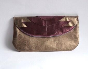 Lederclutch in Altsilber mit violetten Art Deco Ornamenten