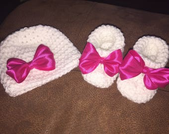 Baby pink bow hat and booties