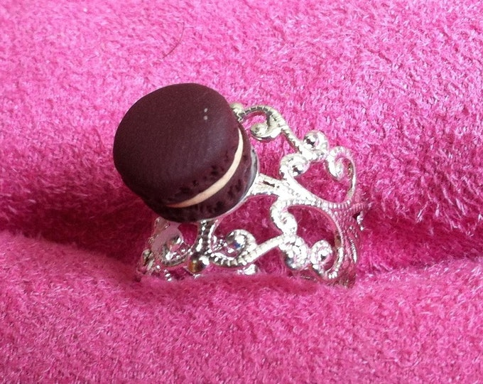 Ring with mini chocolate macaroon vanilla