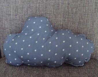 pequeño cojín-doudou formando estrellas de nube blanca sobre fondo gris