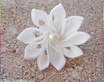 Adjustable ring with white and pearl Kanzashi flower