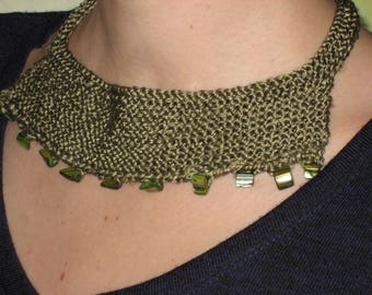 Knitted necklace made of pure silk with Permuttstückchen in olive