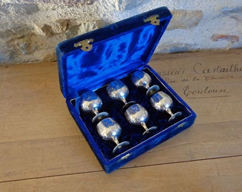 6 silver egg cups in blue velvet box, engraved silver plated egg cups