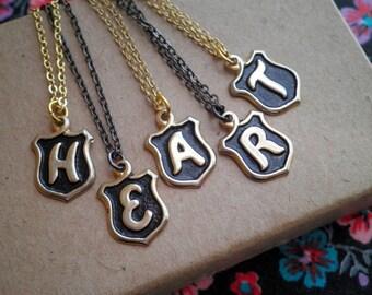 Collier en laiton lettre initiale charme collier - Vintage lettre A E H T R N M S bouclier pendentif - bijoux personnalisés cadeau tous les jours Initial