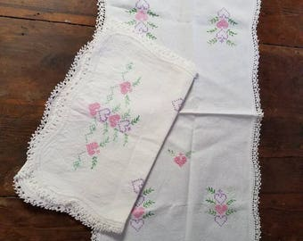 Lovely Vintage Embroidered Table Runners Doilies Pink Hearts