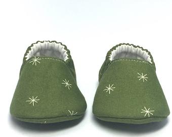 3-6mo RTS Baby Moccs: White Snowflakes Green / Crib Shoes / Baby Shoes / Baby Moccasins / Vegan Moccs / Soft Soled Shoes / Montessori Shoes