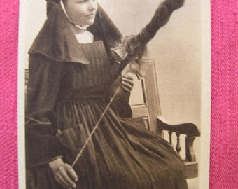 Vintage postcard french spindle - French woman from Brittany spinning hemp with vintage french spindle