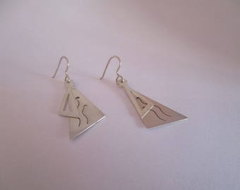 These Sterling Silver earrings. 2 triangles of size and different surface, a polished finish, the other brushed and