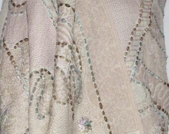 Szal z wełny owczej z Kaszmiru z wyszywanymi wstawkami / Wool shawl of sheep from Kashmir with embroidered inserts