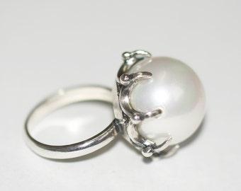 Beautiful White Shell Pearl Round Gemstone Bead Ring