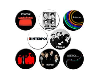 """8 modèles d'Interpol choisissent 8 1,25"""" de petites broches, 1 Lg 2.25"""" bouton ou 1 Lg 2.25"""" aimant de réfrigérateur"""