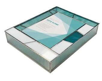 Vitrail souvenir Bat-Mitzvah Invitation boîte en bleu-vert et blanc en verre avec un motif géométrique contemporain