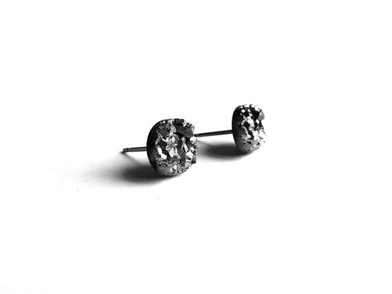 Silver grey druzy stud earrings - Hypoallergenic pure titanium and resin