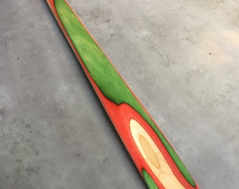 Shoe horn made of recycled skateboards