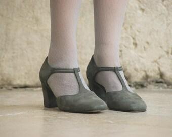 Vtg grey suede shoes.