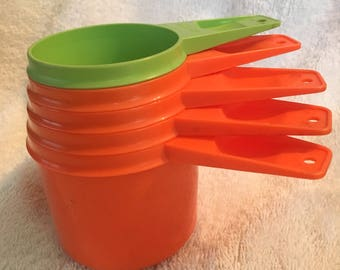 Free Shipping - Tupperware measuring Cups Orange and 1 Green 1/3, 1/2, 2/3. 3/4, 1 Cup