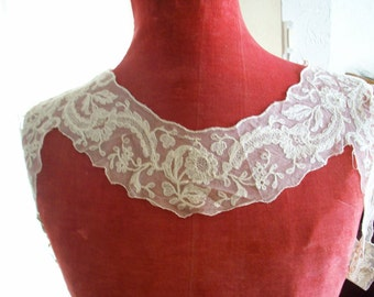 Antique collar of embroidered net in ivory with wrap around