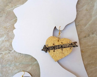 Leather heart shape earrings with arrow - black gold - gold is bold