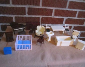 """Vintage 16 Piece Lot of 1"""" Scale Renwal Toy Plastic Doll House Furniture"""