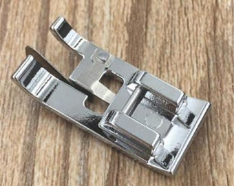 Overcasting foot, foot sewing machine, fixing click