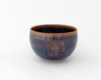 Petit bol, Bol à thé, Bolée de cidre, brun aux effets bleutés, décor colimaçon, grès